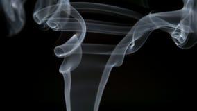 ΣΕ ΑΡΓΗ ΚΊΝΗΣΗ: Ο διαφανής σγουρός καπνός ανυψώνει επάνω φιλμ μικρού μήκους