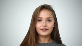 ΣΕ ΑΡΓΗ ΚΊΝΗΣΗ: Το νέο κορίτσι με τα στηρίγματα στα δόντια ξαναρίχνει το κεφάλι της απόθεμα βίντεο