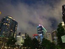 Σε κεντρική συνοικία θυελλώδες σκοτάδι σύννεφων ουρανών του Σαρλόττα πέρα από την υψηλή νυχτερινή ζωή πόλεων βασίλισσας ανόδου στοκ φωτογραφία