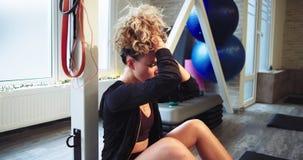 Σε μια γυμναστική μια κυρία μετά από τη συνεδρίαση workout της κάτω στον ανελκυστήρα πατωμάτων η τρίχα επάνω και χαλαρώνοντας λίγ απόθεμα βίντεο