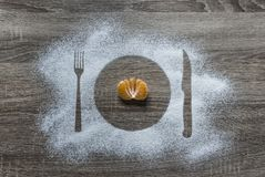 Σε μια ξύλινη σκόνη αλευριού υποβάθρου οι κονιοποιημένες συσκευές μαχαιριών δικράνων πιάτων πιάτων σκιαγραφιών χιονιού βρίσκονται Στοκ Εικόνες