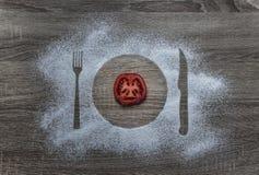 Σε μια ξύλινη σκόνη αλευριού υποβάθρου οι κονιοποιημένες συσκευές μαχαιριών δικράνων πιάτων πιάτων σκιαγραφιών χιονιού βρίσκονται Στοκ φωτογραφία με δικαίωμα ελεύθερης χρήσης