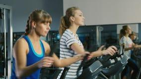 Σε μια περίοδο άσκησης Δύο ελκυστικές γυναίκες εκπαιδεύονται στη γυμναστική φιλμ μικρού μήκους