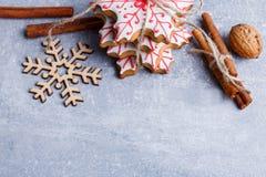 Σε μια φορεμένη επιφάνεια υπάρχουν διάφορα ραβδιά μελοψωμάτων, διακοσμητικό snowflake, ξύλων καρυδιάς και κανέλας Στοκ Φωτογραφίες