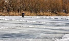Σε μια χειμερινή λίμνη, σαλάχι ανθρώπων στα σαλάχια ηλιόλουστος χειμώνας τ&omi στοκ εικόνες με δικαίωμα ελεύθερης χρήσης