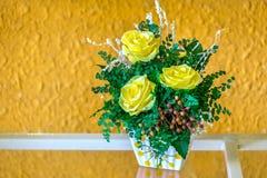 Σε δοχείο κίτρινα τριαντάφυλλα στο ράφι τόσο όμορφο στοκ φωτογραφία