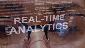 Σε πραγματικό χρόνο κείμενο analytics στο υπόβαθρο του θηλυκού υπεύθυνου για την ανάπτυξη φιλμ μικρού μήκους
