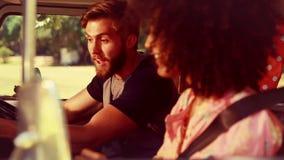 Σε υψηλό - οδήγηση ζευγών ποιοτικού 4k σχήματος hipster στο φορτηγό τροχόσπιτων απόθεμα βίντεο