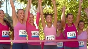 Σε υψηλό - χαμογελώντας γυναίκες ποιοτικού σχήματος που τρέχουν για τη συνειδητοποίηση καρκίνου του μαστού απόθεμα βίντεο