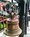 Σε Hinduism, τα κουδούνια κρεμιούνται γενικά στο θόλο ναών μπροστά από το Garbhagriha Γενικά, οι θιασώτες χτυπούν το κουδούνι ενώ στοκ φωτογραφίες με δικαίωμα ελεύθερης χρήσης
