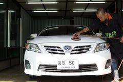 Σε Nong carwash, Μπανγκόκ Ταϊλάνδη - λογότυπο TOYOTA σε ένα αυτοκίνητο, πλύσιμο αυτοκινήτων στίλβωσης χεριών εργαζομένων προσωπικ Στοκ φωτογραφία με δικαίωμα ελεύθερης χρήσης