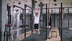 Σηκώνει στο φραγμό στη γυμναστική φιλμ μικρού μήκους