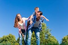 Σηκώνω στην πλάτη γιων μεταφοράς μπαμπάδων στην πλάτη του Στοκ Φωτογραφία