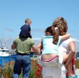 σηκώνω στην πλάτη κατσικιών μπαμπάδων mom Στοκ φωτογραφία με δικαίωμα ελεύθερης χρήσης