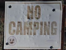 Σημάδια: Δεν εξασθένισε καμία στρατοπέδευση στοκ εικόνα με δικαίωμα ελεύθερης χρήσης