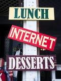 Σημάδια επιδορπίων Διαδικτύου μεσημεριανού γεύματος στην παλαιά πόλη Στοκ Φωτογραφίες