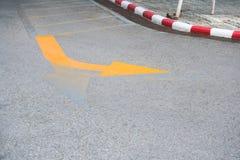 Σημάδια κυκλοφορίας, κίτρινο βέλος που γυρίζουν το σωστό οδικό σημάδι στο οδικό πάτωμα στοκ φωτογραφία με δικαίωμα ελεύθερης χρήσης