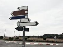 Σημάδια κυκλοφορίας που παρουσιάζουν στις διαφορετικές κατευθύνσεις στοκ φωτογραφία με δικαίωμα ελεύθερης χρήσης