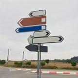 Σημάδια κυκλοφορίας που παρουσιάζουν στις διαφορετικές κατευθύνσεις στοκ εικόνα με δικαίωμα ελεύθερης χρήσης