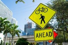 Σημάδια κυκλοφορίας στο δρόμο πόλεων στο Μαϊάμι, ΗΠΑ Ποδήλατο και για τους πεζούς πέρασμα που προειδοποιούν μπροστά Κυκλοφορία κα Στοκ φωτογραφία με δικαίωμα ελεύθερης χρήσης