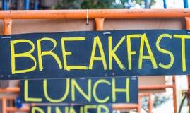 Σημάδια οδών προγευμάτων, μεσημεριανού γεύματος και γευμάτων Διακοπές, τουρισμός και φ Στοκ Εικόνες