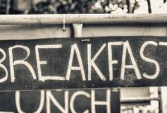 Σημάδια οδών προγευμάτων, μεσημεριανού γεύματος και γευμάτων Διακοπές, τουρισμός και φ Στοκ Φωτογραφία