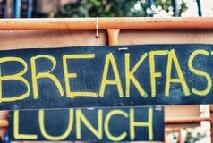 Σημάδια οδών προγευμάτων, μεσημεριανού γεύματος και γευμάτων Διακοπές, τουρισμός και φ Στοκ φωτογραφίες με δικαίωμα ελεύθερης χρήσης
