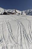 Σημάδια σκι κοντά στην καλύβα και το παρεκκλησι Στοκ Εικόνα