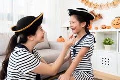 Σημάδια σχεδίων κοριτσιών και μητέρων πειρατών makeup Στοκ φωτογραφία με δικαίωμα ελεύθερης χρήσης