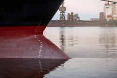 Σημάδια σχεδίων σε ένα σκάφος - αριθμοί ίσαλης γραμμής στο τόξο και την πρύμνη ενός σκάφους στο θαλάσσιο λιμένα Στοκ φωτογραφίες με δικαίωμα ελεύθερης χρήσης