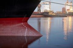 Σημάδια σχεδίων σε ένα σκάφος - αριθμοί ίσαλης γραμμής στο τόξο και την πρύμνη ενός σκάφους στο θαλάσσιο λιμένα το βράδυ στοκ φωτογραφία με δικαίωμα ελεύθερης χρήσης