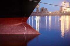 Σημάδια σχεδίων σε ένα σκάφος - αριθμοί ίσαλης γραμμής στο τόξο και την πρύμνη ενός σκάφους στο θαλάσσιο λιμένα τη νύχτα Στοκ Εικόνες