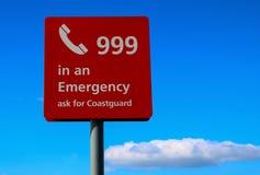 Σημάδι έκτακτης ανάγκης σε μια παράκτια παραλία στοκ εικόνα με δικαίωμα ελεύθερης χρήσης