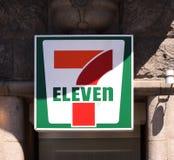 7 σημάδι ένδεκα λογότυπων σε έναν τοίχο 7-ένδεκα είναι μια διεθνής αλυσίδα του ψιλικατζίδικου που λειτουργεί πρώτιστα ως προνόμιο στοκ εικόνες με δικαίωμα ελεύθερης χρήσης