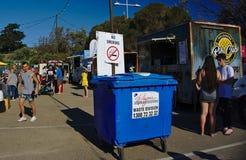 Σημάδι απαγόρευσης του καπνίσματος στο φεστιβάλ φορτηγών τροφίμων στοκ φωτογραφίες με δικαίωμα ελεύθερης χρήσης