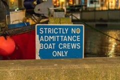 Σημάδι: Αυστηρά κανένα πλήρωμα βαρκών εισόδου μόνο στοκ εικόνες