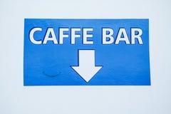Σημάδι βελών φραγμών καφέδων σε μια βάρκα νεράιδων Στοκ Εικόνες