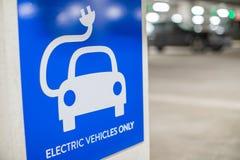 Σημάδι για το ηλεκτρικό σημείο χρέωσης αυτοκινήτων στο υπαίθριο σταθμό αυτοκινήτων Στοκ εικόνες με δικαίωμα ελεύθερης χρήσης
