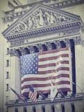 Σημάδι Γουώλ Στρητ με τις αμερικανικές σημαίες Στοκ Φωτογραφίες