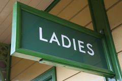 Σημάδι γυναικείων τουαλετών Στοκ εικόνα με δικαίωμα ελεύθερης χρήσης