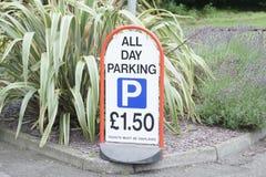Σημάδι δαπανών αμοιβών όλη την ημέρα στάθμευσης στην είσοδο υπαίθριων σταθμών αυτοκινήτων στοκ εικόνα με δικαίωμα ελεύθερης χρήσης