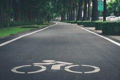 Σημάδι διαβάσεων ποδηλάτων στην πόλη στοκ φωτογραφία με δικαίωμα ελεύθερης χρήσης