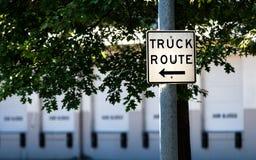 Σημάδι διαδρομών φορτηγών σε μια θέση χάλυβα στοκ φωτογραφία με δικαίωμα ελεύθερης χρήσης