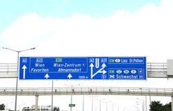 Σημάδι εθνικών οδών με τις κατευθύνσεις για να πάει στην πόλη της Βιέννης ή Wien στοκ εικόνες