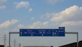 Σημάδι εθνικών οδών στην Αυστρία με τις κατευθύνσεις για να πάει στην πόλη Vie στοκ φωτογραφία με δικαίωμα ελεύθερης χρήσης