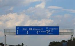 Σημάδι εθνικών οδών στην Αυστρία με τις κατευθύνσεις για να πάει στην πόλη Vie στοκ εικόνα με δικαίωμα ελεύθερης χρήσης