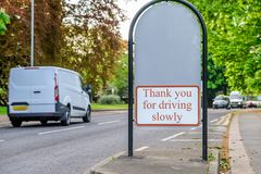 Σημάδι εισόδων πάρκων Abington μεταξύ του μονοπατιού και του δρόμου στην Αγγλία UK του Νόρθαμπτον στοκ εικόνα