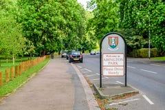 Σημάδι εισόδων πάρκων Abington μεταξύ του μονοπατιού και του δρόμου στην Αγγλία UK του Νόρθαμπτον στοκ φωτογραφία