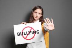 Σημάδι εκμετάλλευσης έφηβη με τη διασχισμένη λέξη Στοκ φωτογραφία με δικαίωμα ελεύθερης χρήσης