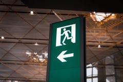 Σημάδι εξόδων πυρκαγιάς έκτακτης ανάγκης Στοκ φωτογραφία με δικαίωμα ελεύθερης χρήσης